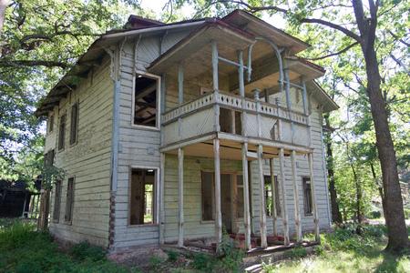 Oud wijnoogst verlaten houten herenhuis. Voormalig landhuis van Wasserman in Voronezh Stockfoto