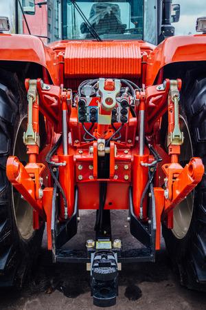 Vista posteriore del moderno trattore agricolo. Attacco idraulico. Telaio di sollevamento. Meccanismo posteriore per il fissaggio di attrezzature trainate. Archivio Fotografico - 90150916