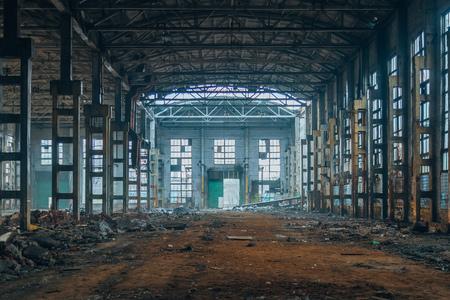 Donkere geruïneerde rotte verlaten grote industriële zaal. Voronezh graafmachine-fabriek