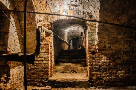 지하 저택 지하실에서 옛 저택 아래 붉은 벽돌로 지어졌습니다. 스톡 콘텐츠