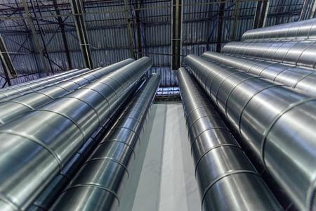 Stalen buizen, onderdelen voor de bouw van kanalen van industriële airconditioningsysteem in magazijn. Onderaanzicht. Stockfoto - 92267453