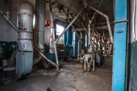 Eshera, Abkhazia에 녹슨 장비가 남아있는 오래된 버려진 격납고 엘리베이터