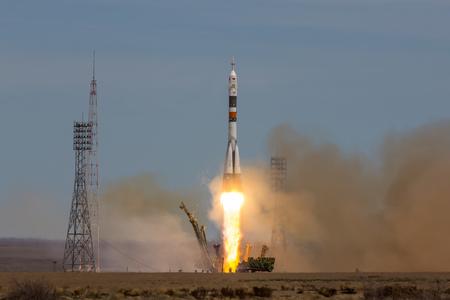 """Baikonur, Kazajstán - 20 de abril de 2017: Lanzamiento de la nave espacial """"Soyuz MS-04"""" a la ISS con tripulación acortada Editorial"""