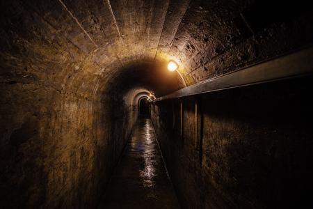 Donkere gang van oude ondergrondse Sovjet militaire bunker onder artillerievesting., Sebastopol, de Krim.