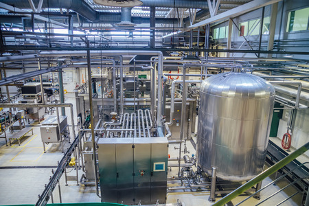 Modern brewery production line. Large vat for beer  fermentation and maturation, pipelines and filtration system. Banque d'images
