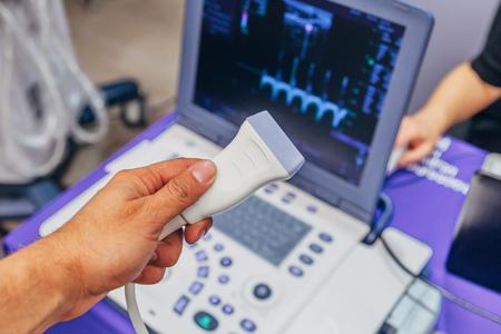 Hand des Arztes, die Ultraschallsonde des Ultraschallscanners für die medizinische Diagnostik hält. Standard-Bild