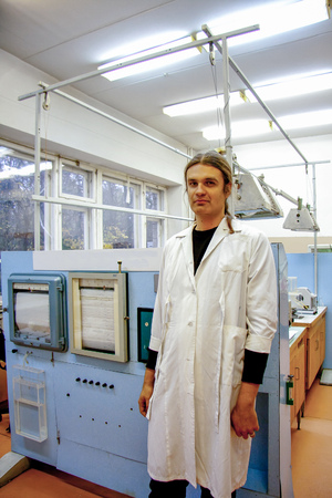 Male scientist in white robe working in laboratory of plant physiology. Archivio Fotografico