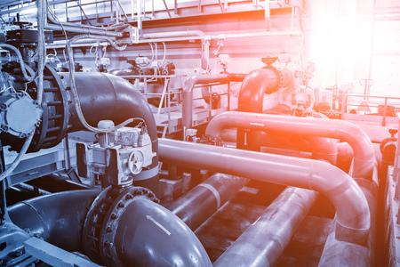 Tuberías y bombas de aguas residuales dentro de la moderna planta de tratamiento de aguas residuales industriales.