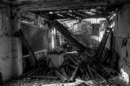 Escuela rural destruida, abandonada y podrida en blanco y negro Foto de archivo