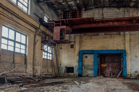 Old rusty gantry crane in abandoned factory. Banco de Imagens