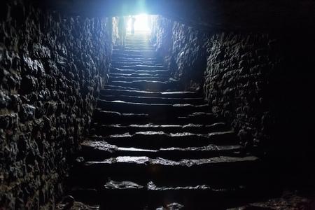Passage souterrain sous l'ancienne forteresse médiévale. Ancien escalier en pierre à la sortie du tunnel.