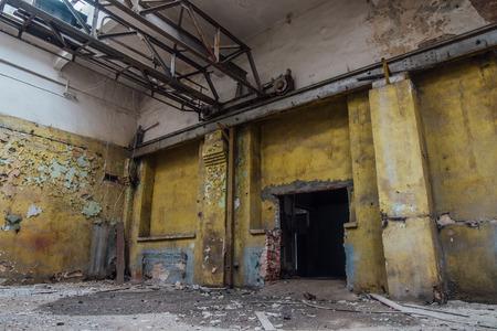 Abandoned industrial building with old bridge crane. Imagens