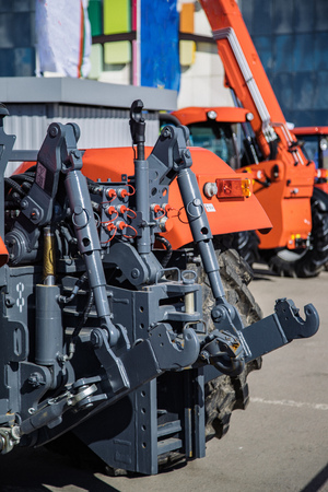 Hydraulische Kupplung. Hydraulischer Hubrahmen. Heckmechanismus zum Anhängen von gezogener Ausrüstung des Traktors.