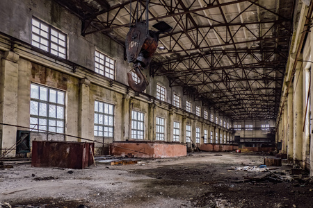 Abandoned factory with rusty crane 版權商用圖片