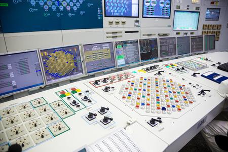 Bloquer le panneau de commande de la centrale nucléaire. L'ingénieur travaille. Banque d'images