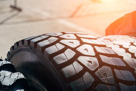 Pulisca il nuovo pneumatico moderno del camion. Primo piano vista della superficie.