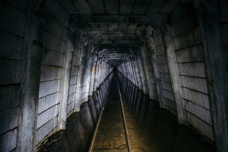 Mine d'uranium abandonnée inondée avec chemin de fer rouillé