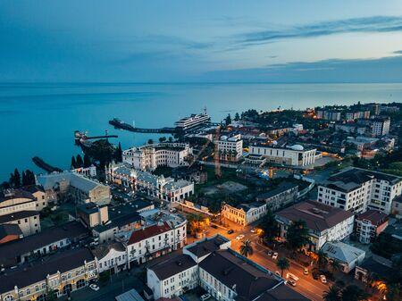 Ville de villégiature du soir Sukhum, Abkhazie vue aérienne du drone.