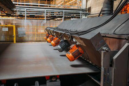 Rollenbahn-Strahlanlage in der Metallbearbeitungsfabrik Standard-Bild