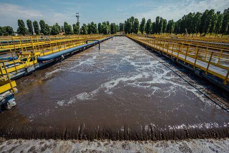 Planta de tratamiento de aguas residuales moderna. Tanques para aireación y depuración biológica de aguas residuales. Foto de archivo