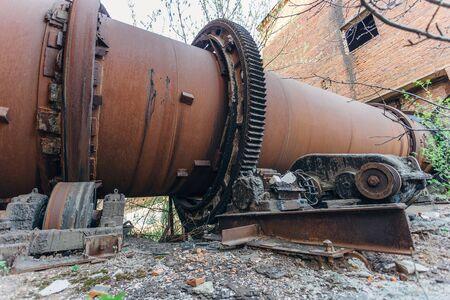 Antiguo horno rotatorio oxidado en la planta de fabricación de cemento Foto de archivo