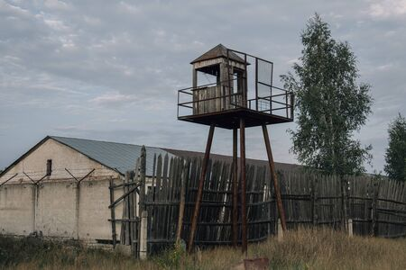 Old observation tower in abandoned Soviet Russian prison complex. Banque d'images