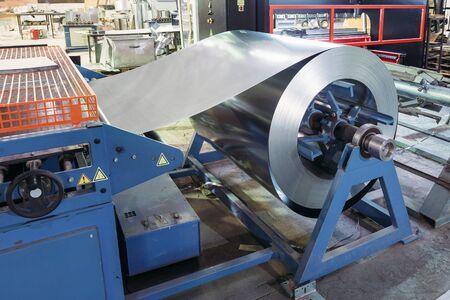 Rolle aus verzinktem Stahlblech zur Herstellung von Metallrohren und -rohren im Werk. Standard-Bild