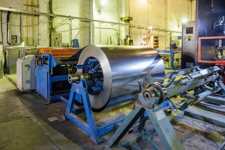 Industrielle Blechspule für Blechumformmaschine in Werkstatt. Standard-Bild