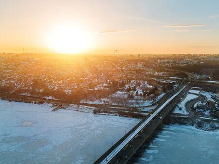 Evening sunset in winter Voronezh, Northern bridge, aerial view. Banque d'images - 130126907