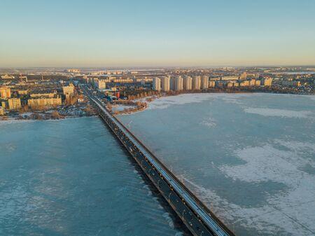 Evening winter Voronezh, Northern bridge, aerial view. Banque d'images - 130126916