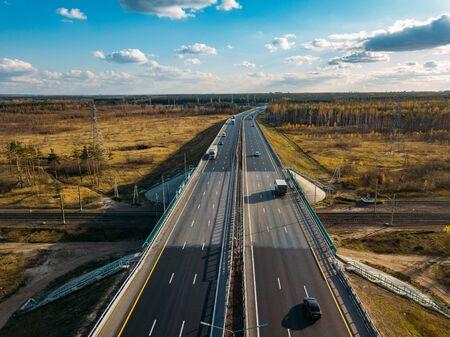 Ponte dell'autostrada sopra la ferrovia, vista aerea del drone.
