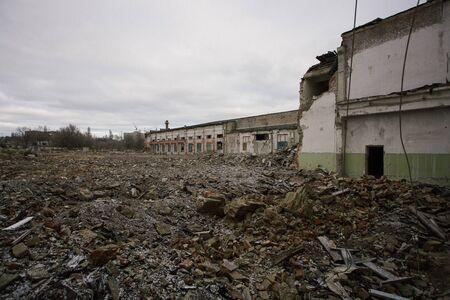 Restes d'un ancien bâtiment industriel démoli. Tas de pierres, de briques et de débris.