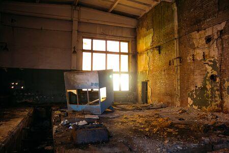 Edificio industrial en ruinas abandonado sucio oscuro en la noche. Foto de archivo