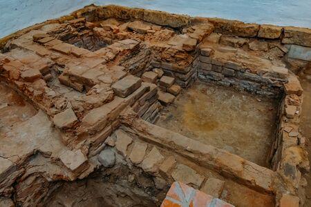 Archäologische Ausgrabungen. Reste zerstörter alter Gebäude. Standard-Bild