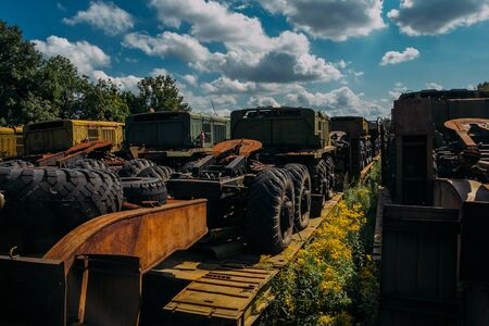 Rusty abandoned Russian military cars for scrap metal. Banque d'images - 137841787