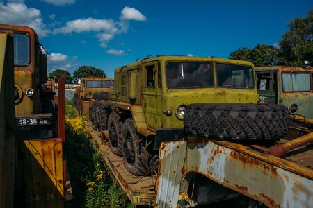 Rusty abandoned Russian military cars for scrap metal. Banque d'images - 137840978