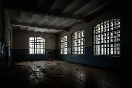 Dentro del antiguo asilo de Orlovka para locos en la región de Voronezh. Hospital psiquiátrico abandonado espeluznante oscuro.