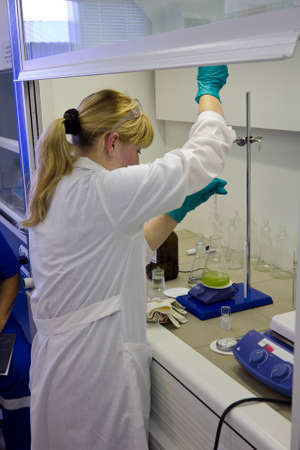Researcher performing chemical test in laboratory. Archivio Fotografico