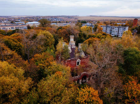 Abandoned Russian orthodox All Saints Church in Plavsk, Tula region, aerial view in autumn. 版權商用圖片