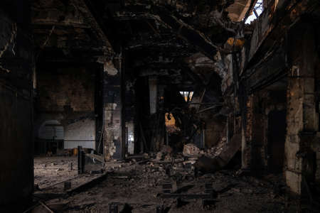 Burnt interior of industrial building or warehouse. Consequences of fire. Banque d'images