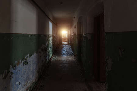 Dark dirty corridor of old abandoned building. Banque d'images