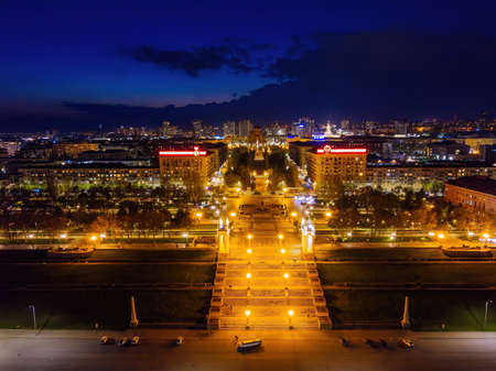 Volgograd embankment, promenade in the Park at night, aerial view from drone. 免版税图像