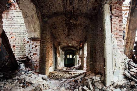 Dark dirty corridor of old abandoned building. 免版税图像