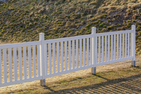 Close up view of a white wooden fence. Banque d'images - 122303589