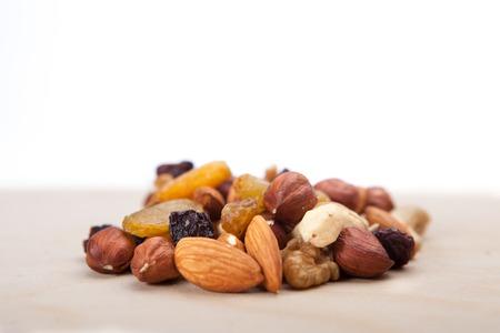 Haufen von gemischten Nüssen und Trockenfrüchten Standard-Bild - 39304285