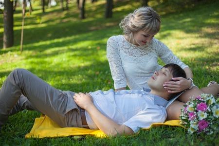 niños vistiendose: La novia y el novio en el parque