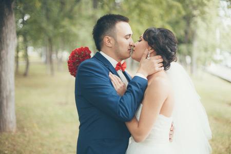 niños vistiendose: La novia y el novio besándose en la ceremonia de la boda