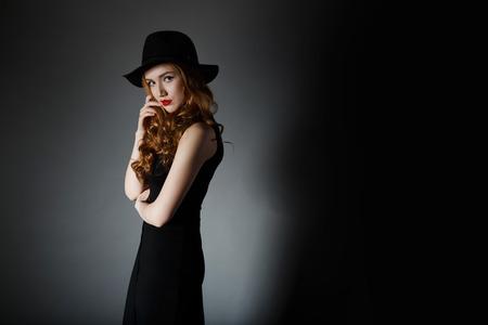 sexy young girl: Симпатичные девушки на темном фоне стены Dark