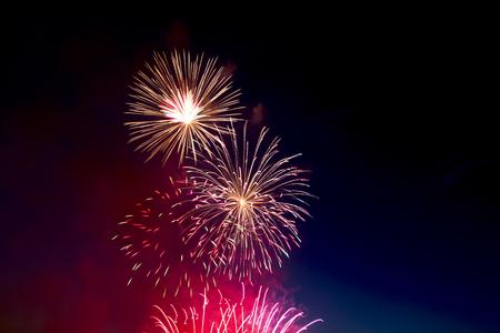 fuegos artificiales: Fuegos artificiales de vacaciones de colores hermosos en el cielo de fondo negro, una larga exposición