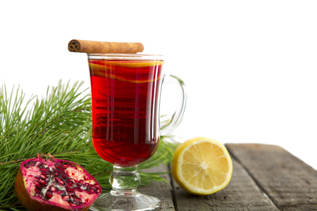 vin chaud: Winter drink mulled wine with oranges and cloves Banque d'images